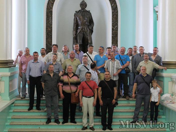 На парадной лестнице Минского СВУ